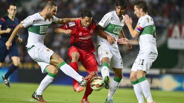 De verdedigers van Elche hebben hun handen vol met Carlos Bacca.