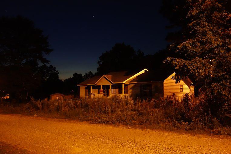 Het huis van de schoonfamilie van Willie Jones, met rechts de boom waar Willie aan hing. Beeld null