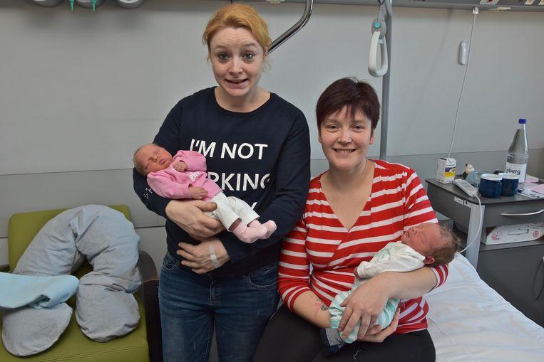 Janaika Cateeuw met baby Evita poseert hier met haar zus Nicoline Catteeuw en baby Kitaï in de kraamkliniek.
