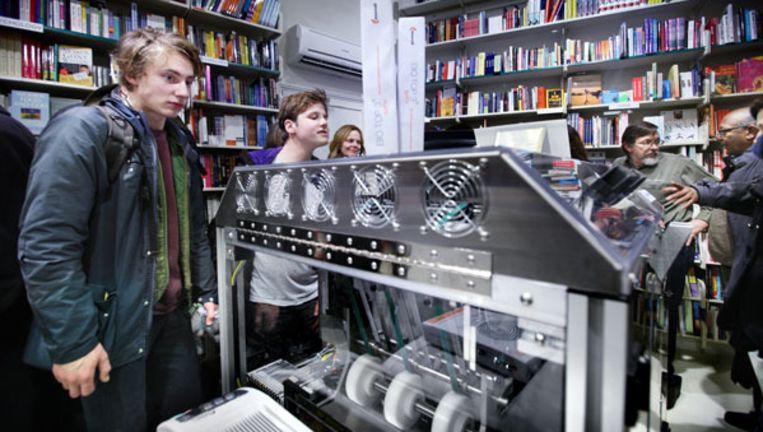 De Espresso Book Machine van het American Book Center drukt dertig pagina's per minuut. Hij bindt en lijmt het boek ook. Foto Jean-Pierre Jans Beeld