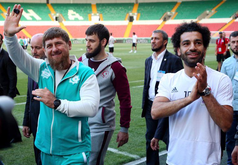 Ramzan Kadyrov samen met Mo Salah op 10 juni bij een training van het Egyptisch elftal in Grozny.  Beeld AP