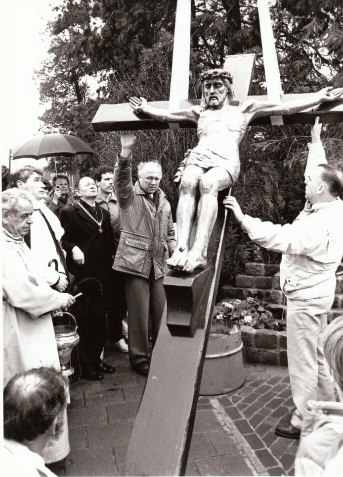 Onthulling van kruisbeeld op 13-4-1987 in Son en Breugel.
