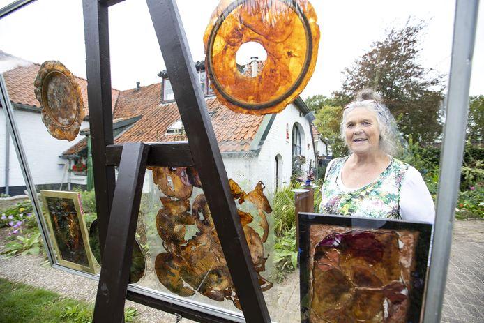 Martina Bakker met allerlei creaties van kombucha: een soort leer, van de 'theezwam'.