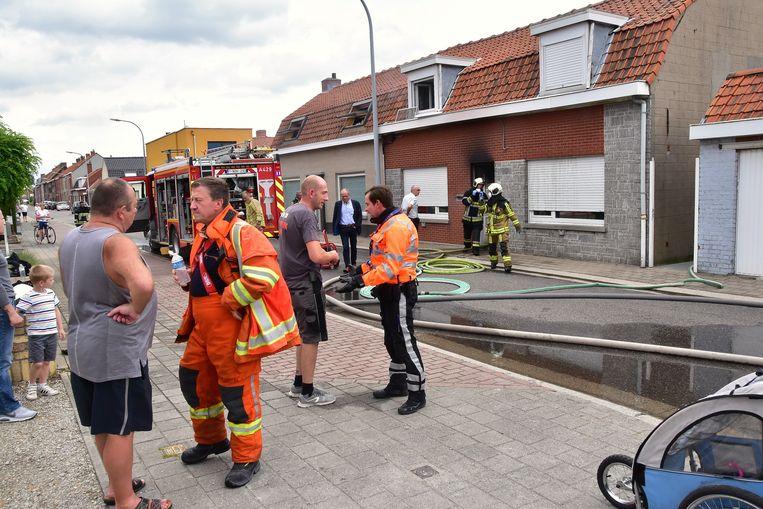 De vlammen sloegen ook even aan de voorzijde van de woning naar buiten.