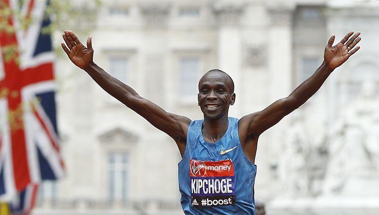 De Keniaan Eliud Kipchoge wint de marathon van Londen in een tijd van 2.04.42, slechts 3seconden boven het parcoursrecord. Beeld AP