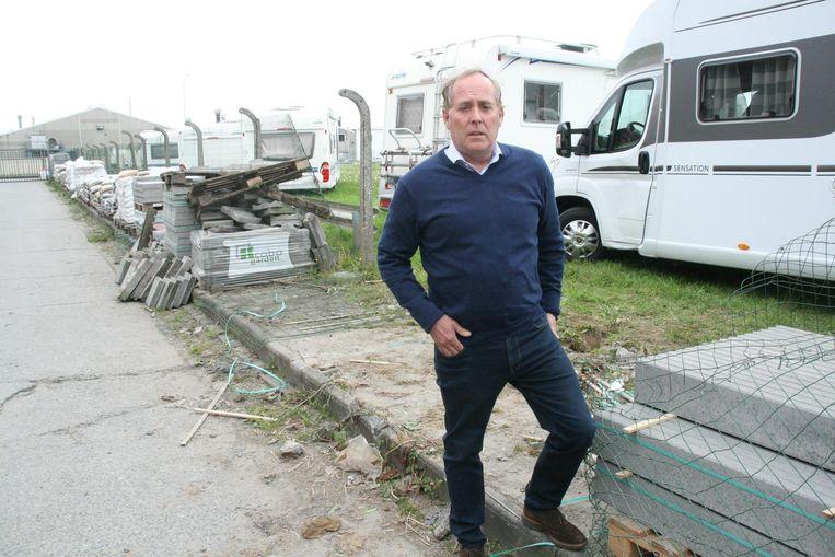 Zaakvoerder Bart Decuyper op de plaats waar de dieven binnenraakten. Ze vernielden een omheining en vangrail.