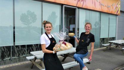 """Zussen Febe (25) en Amber (22) nemen broodjeszaak Crispy over: """"We vullen elkaar perfect aan"""""""