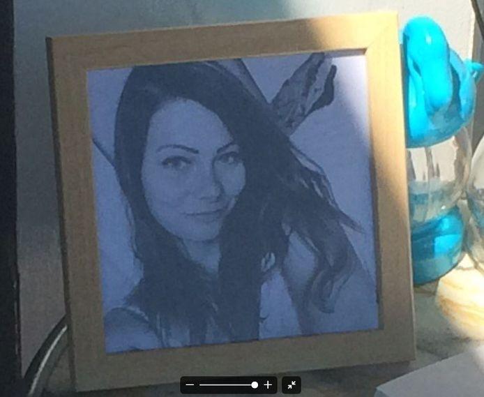 Een foto van Laura Korsman bij het condoleancergister.