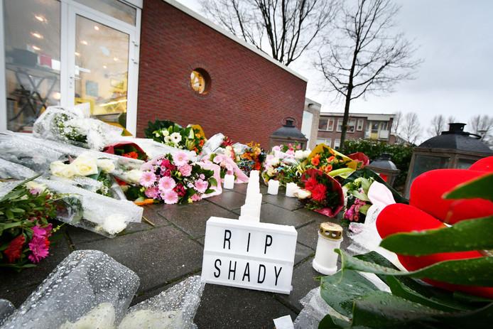 Een bloemenzee eind januari op de plek waar Saker is doodgeschoten aan de Brinkstraat