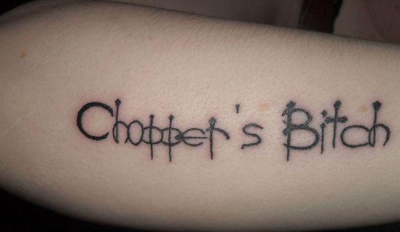 De tatoeage 'Chopper's Bitch' ongeschonden op de 26-jarige haar arm.