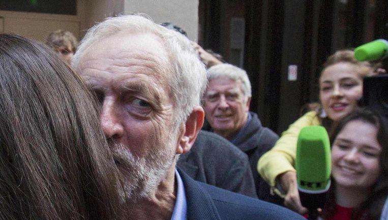 Corbyn wordt gefeliciteerd: met bijna 60 procent werd hij tot Labour-leider gekozen. Beeld null