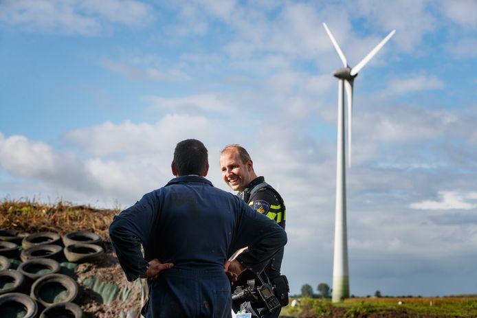 Etten-Leur - 2-10-2019 - Foto: Pix4Profs/Marcel Otterspeer - Met wijkagent Bas van de Moezel op pad in buitengebied, om agrariërs te bezoeken en ze te informeren over en vragen naar signalen van drugscriminaliteit.