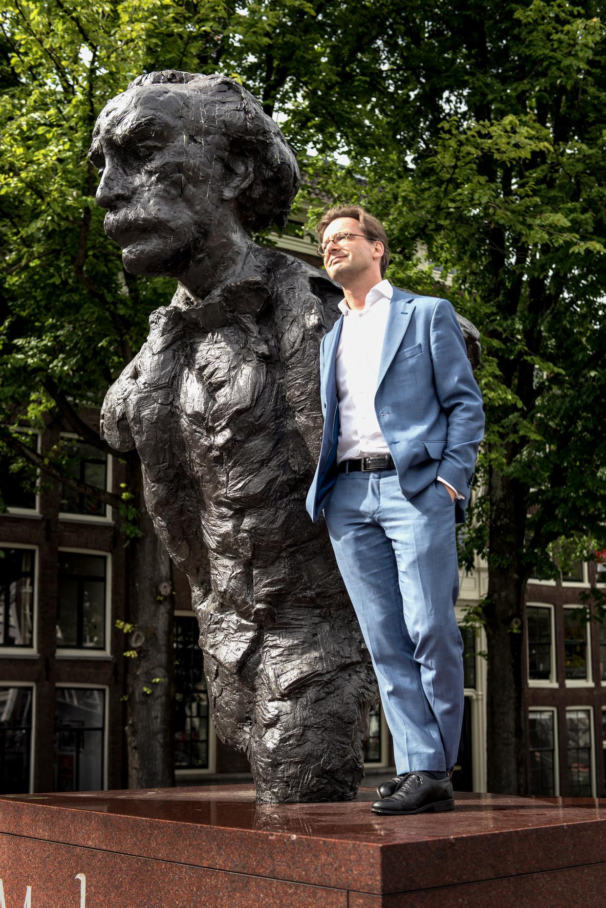 SP-Kamerlid Ronald van Raak bij het standbeeld van Multatuli in Amsterdam.