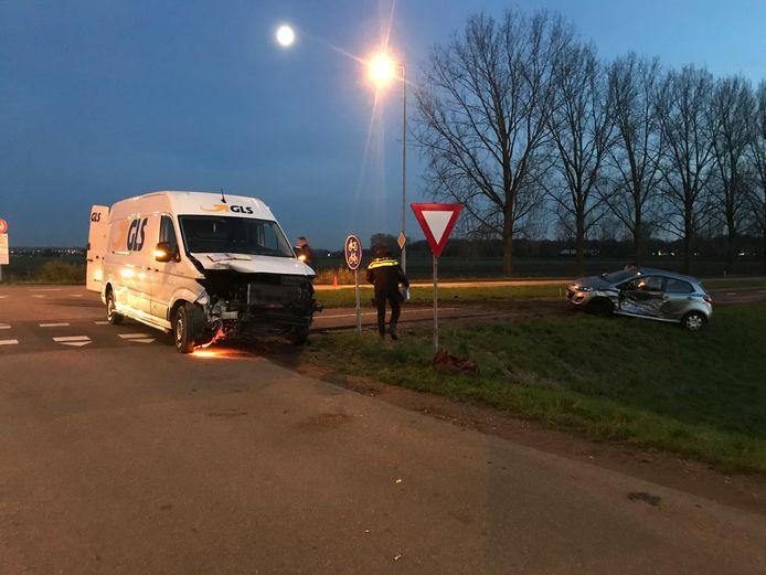 Een busje en een auto zijn tegen elkaar gebotst in Afferden.