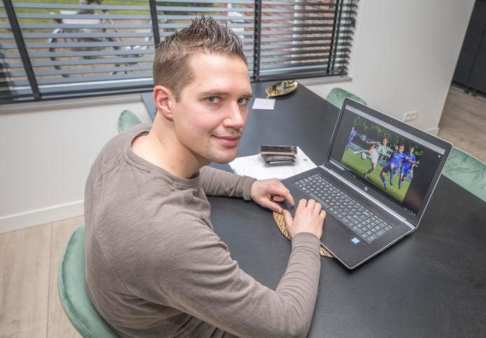 Tom Wuyts kijkt op zijn laptop naar een actiefoto van zichzelf tijdens een bekerwedstrijd tegen SSV'65, in september 2017 (zie hieronder).