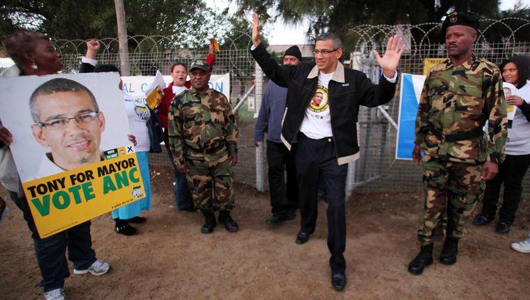 ANC kandidaat Tony Ehrenreich groet aanhangers in Kaapstad. Beeld getty