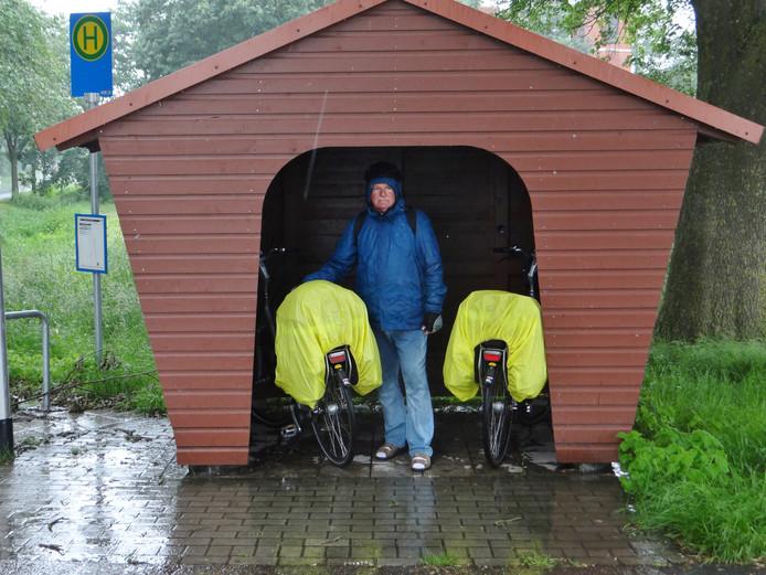 Wie op de fiets op vakantie gaat, moet uitgerust zijn voor alle weertypes. Ook op de harde regen die viel onderweg naar het Duitse Greetsiel.