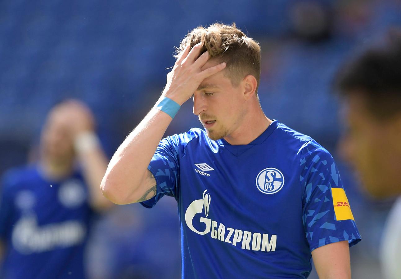 Bastian Oczipka met zijn handen in het haar na weer een nederlaag.