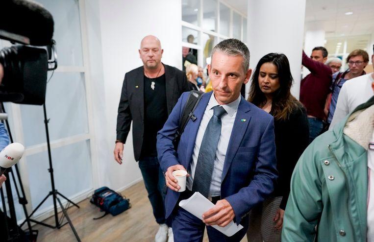 Fractievoorzitter van Groep de Mos, Arjen Dubbelaar voor aanvang van het debat in de gemeenteraad in Den Haag.  Beeld Freek van den Bergh - De Volkskrant
