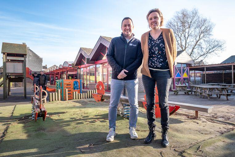 Directrice Sabrina Huysmans en zorgleerkracht Tim Van Rode aan de gebouwen die worden afgebroken