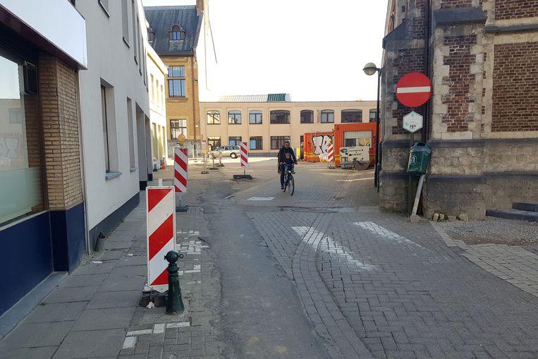 Fietsers zullen na de heraanleg van het centrum uiteindelijk niet door deze smalle doorgang moeten rijden.
