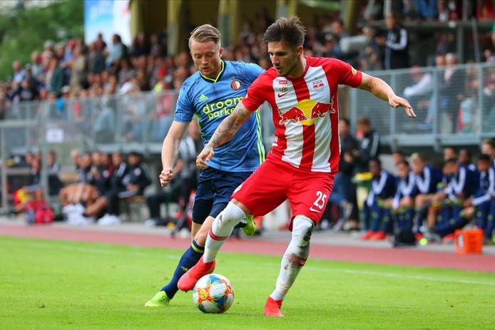 Sam Larsson in duel met Patrick Farkas van RB Salzburg.
