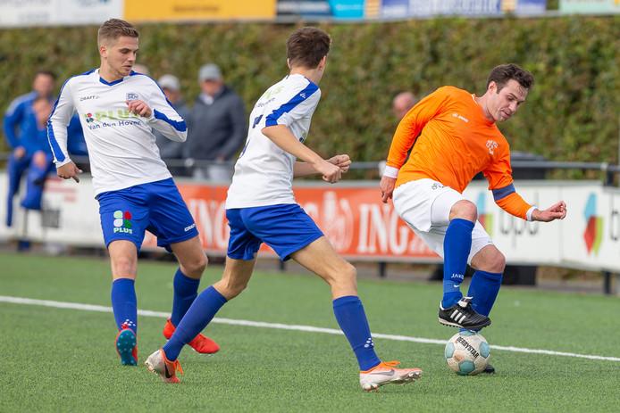 Aanvoerder Thomas Wieringa wil namens CSV'28 twee spelers van SEH afschudden.