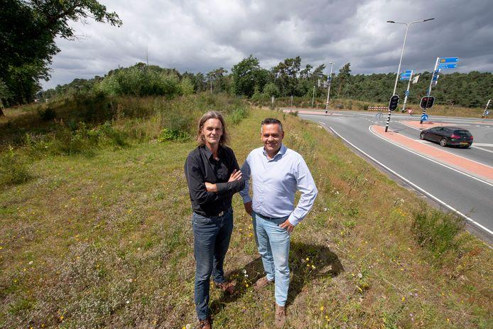 Marcel Schuurman en Andre Zwoferink (rechts) willen graag een groot hotel bouwen aan de entree van Nijverdal. De Stichting Platform Duurzaam Hellendoorn vindt de gekozen plek verkeerd.