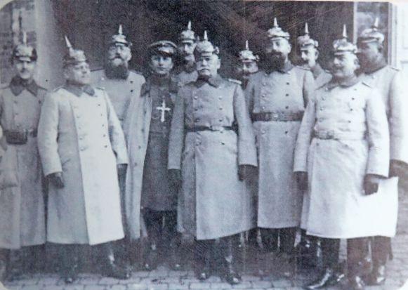 Duitse soldaten aan het kasteel Kruikenburg.