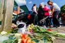 Kinderen leggen knuffels en bloemen neer voor de woning in Sterrenburg waar zich een gezinsdrama afspeelde.