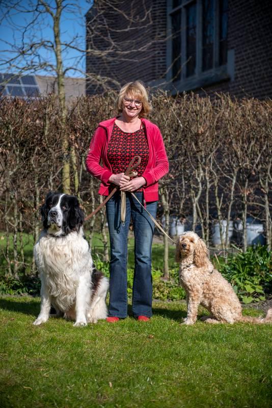Bea Logtenberg loopt iedere dag met haar honden door IJzendijke.