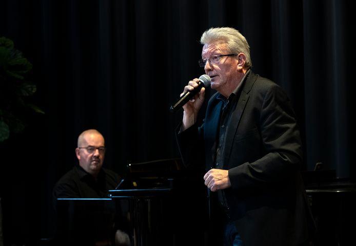 Erik Lathouwers uit Rooi zingt 'Zij gelooft in mij, begeleid door Kees van Zantwijk, artistiek leider van het Ouderen Songfestival
