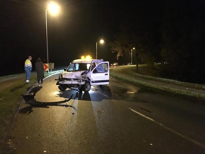 Door plotselinge gladheid kwamen twee auto's maandagavond met elkaar in botsing op de Roland Holstlaan in Deventer.