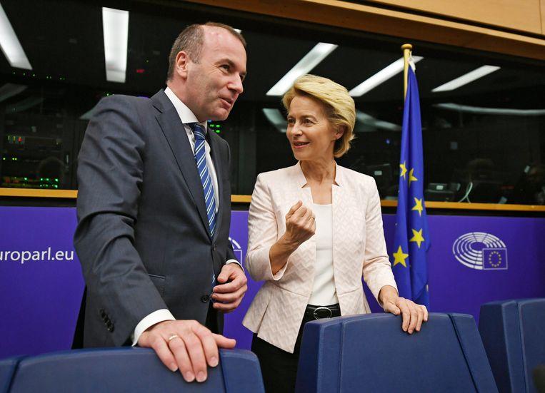 Spitzenkandidat Manfred Weber en de voor het voorzitterschap van de Europese Commissie voorgedragen Ursula von der Leyen woensdag vlak voor het fractieoverleg van de christen-democraten in het Europees Parlement in Straatsburg. Beeld Foto EPA