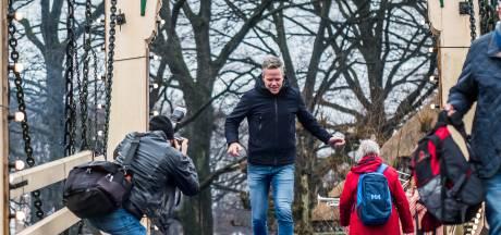 Erik Hulzebosch wint kluunwedstrijd Openluchtmuseum in spijkerbroek