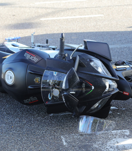 Motor botst op boottrailer in Oijen, bestuurder gewond naar het ziekenhuis