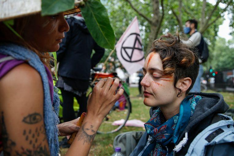 Milieuactivisten verzamelen zich in de buurt van Euston Station in Londen om te protesteren tegen de HS2.  Beeld Getty Images