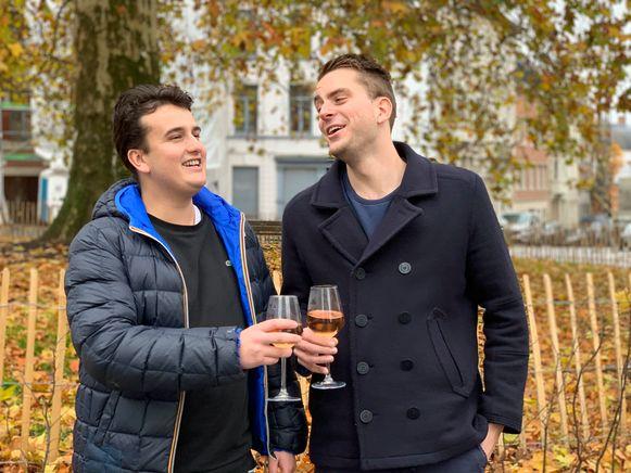Bastiaan en Gauthier toosten op een geslaagd evenement.