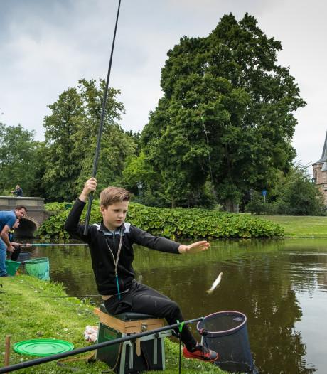 Hengelen naar steur in stadspark van Kampen