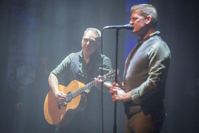 Dennis Huige (links) en Bart van der Weide van Racoon tijdens de start van de theatertour in de Mythe in Goes.