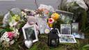 Bloemen en foto's langs N329 in Oss voor de verongelukte Dave van Gijn.
