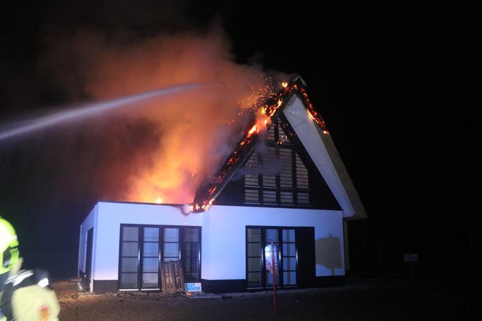Het rieten dak van het huis staat in lichterlaaie.