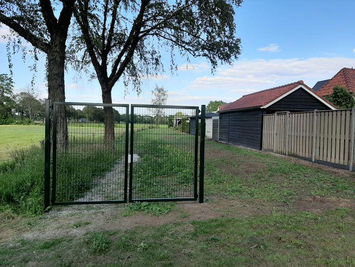 De illegaal geplaatste hekken aan de Vroegeling in Nijverdal zijn verwijderd, maar de groene toegangspoort staat er nog steeds.