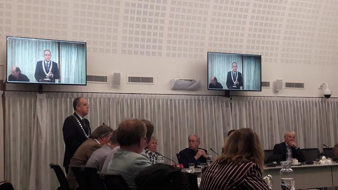 Burgemeester Paul Verhoeven tijdens de raadsvergadering maandagavond