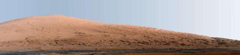 Curiosity maakte deze nieuwe panoramafoto van Mount Sharp, de toekomstige werkplek van de Marswagen. De foto is door NASA bewerkt, zo zou de berg er op aarde uitzien. Beeld afp