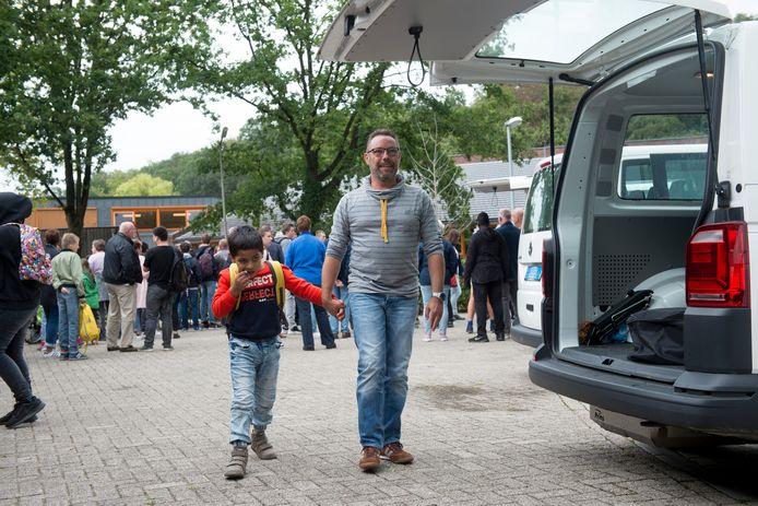 Archiefbeeld van vader Gerjo van der Meulen die zijn zoon Chanu zelf noodgedwongen ophaalt van school. Twee jaar op rij ging het niet goed met het vervoer van PlusOV.