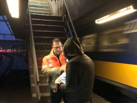 ProRail gaat af op melding van aanrijding trein met metaal; vindt ook nog een sportende man in spoortunnel