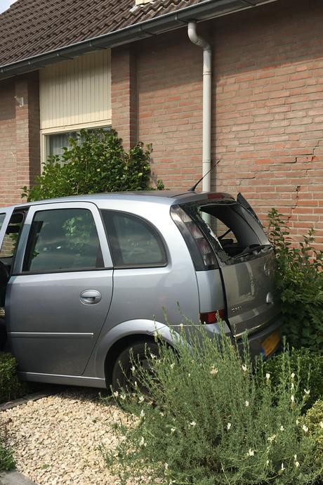 Vrouw 'parkeert' auto tegen huis in Deurne