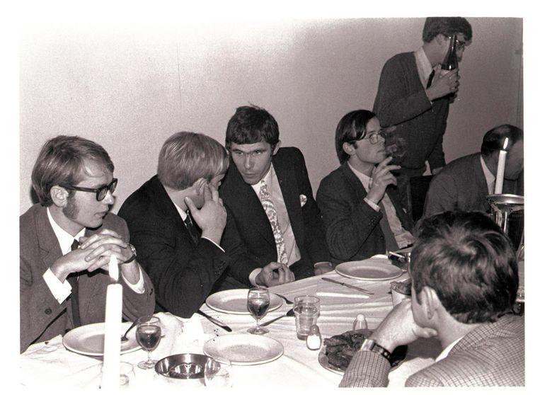 Chris Oomen (rechts naast Willem van Hanegem) tijdens een etentje bij de Leidse studentenvereniging Augustinus, die een voetbaltoernooi naar de Feyenoorder had vernoemd, 27 november 1969. Beeld