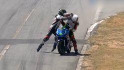 Motorrijders gaan met elkaar op de vuist tijdens wedstrijd